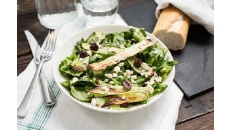 Sla met gegrilde courgette, olijven & feta van The Lion Kitchen