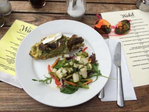 Winkel43 groente quiche met brie en perensalade