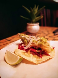 Fiona Mexicaans restaurant Amsterdam Centrum Warmoesstraat vis in bierbeslag