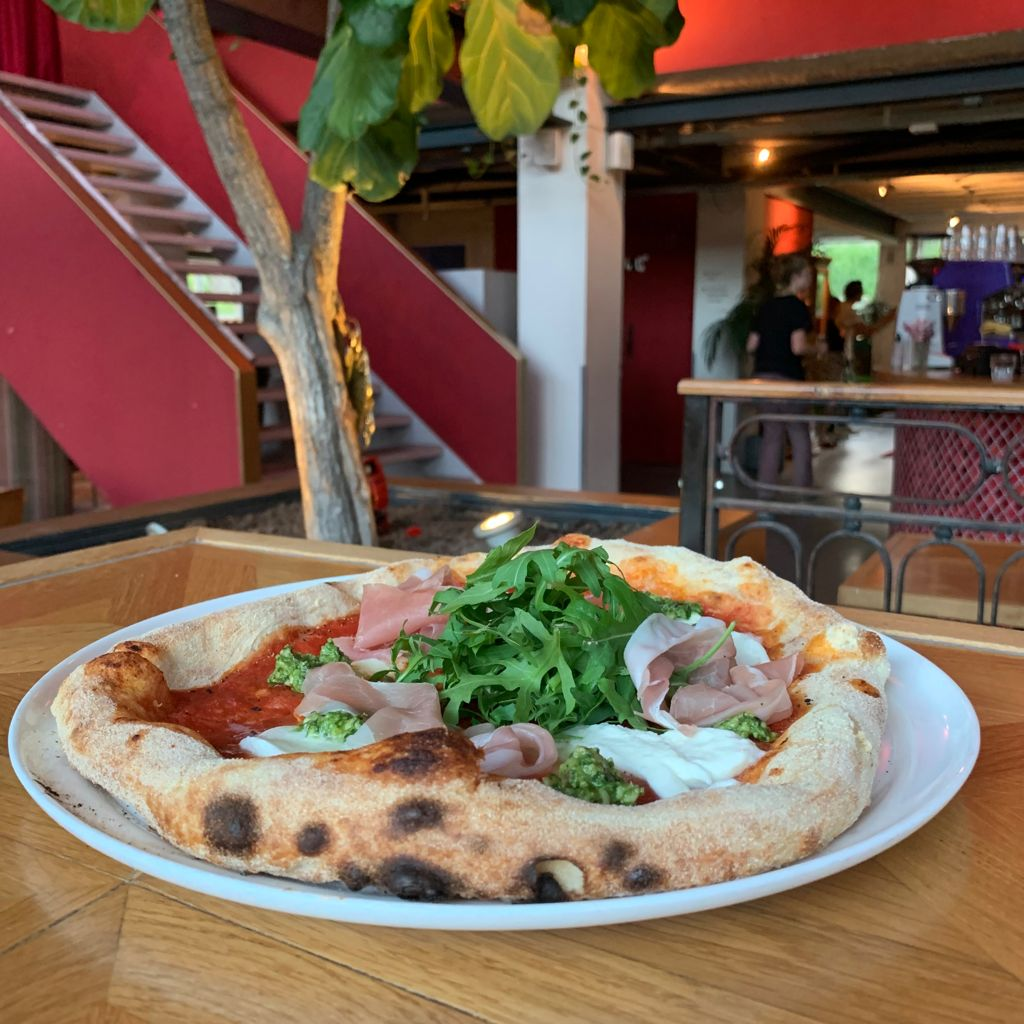 Pizza bij restaurant Chez Miné in Amsterdam West.