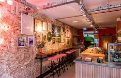 Vegan-Pizzeria-Mastino-in-de-Pijp-Kleurrijk-interieur